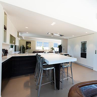 Les travaux de rénovation ont également porté sur l'aménagement d'une cuisine ouverte pour libérer de l'espace.
