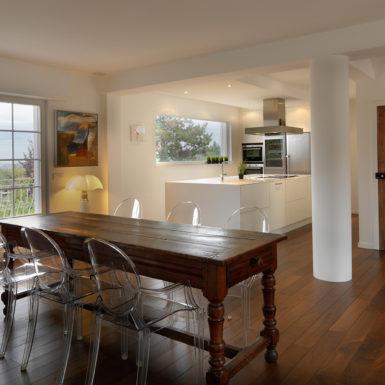 Dans ce projet de rénovation (Riedisheim), la création d'une cuisine ouverte apporte une touche de convivialité à la maison.